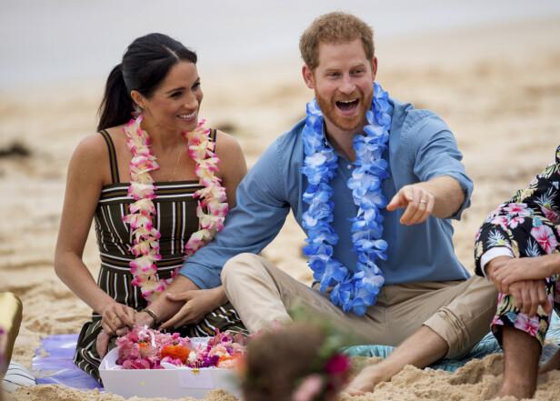 FORELSKET: Hertuginne Meghan og prins Harry blir ofte observert mens de holder hender. Her er de avbildet sammen på Bondi Beach i Sydney, Australia i fjor. Foto: NTB Scanpix
