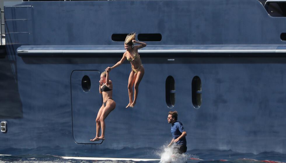 HOPPER I DET: Scott Disick, Sofia Richie og en venninne ble avbildet idet trioen hoppet fra dekk på den luksuriøse yachten på tirsdag. Foto: NTB Scanpix
