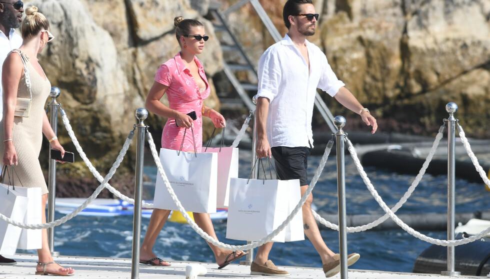LUKSUS: Tirsdag hadde tilsynelatende luksusyachten forflyttet seg fra den italienske kysten til Antibes i Frankrike. Her er Sofia og Scott på vei til lunsj på Hotel du Cap Eden Roc med flere handleposer. Foto: Splash News/ NTB scanpix