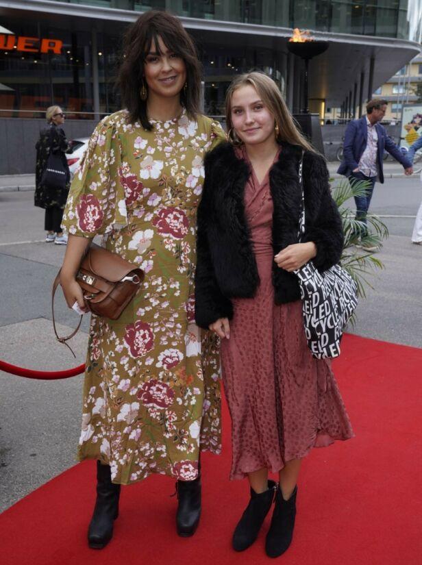 MED BONUSDATTEREN: Artist Maria Mena hadde tatt med seg bonusdatteren Erle på kveldens filmpremiere. Foto: Espen Solli/ Se og Hør
