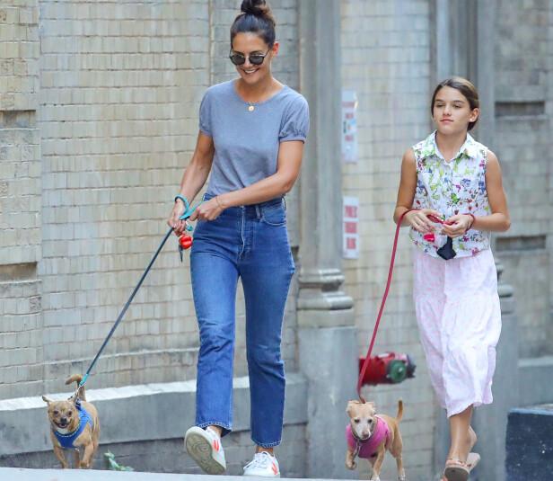 LUTTER HUNDENE: Katie Holmes og datteren Suri Cruise på tur. Foto: NTB Scanpix