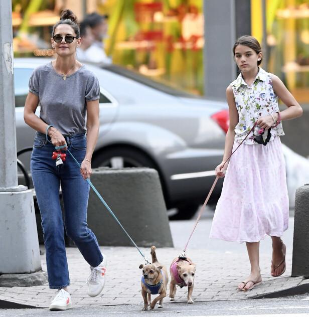 SMILER: Holmes ser fornøyd ut sammen med datteren og hundene. Foto: NTB Scanpix