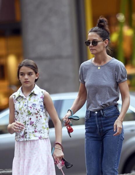 SINGEL IGJEN: Kort tid etter at bruddet mellom Katie og Jamie ble kjent, dukket Holmes og datteren Suri opp på luftetur med familiehundene i New York. Foto: NTB Scanpix.