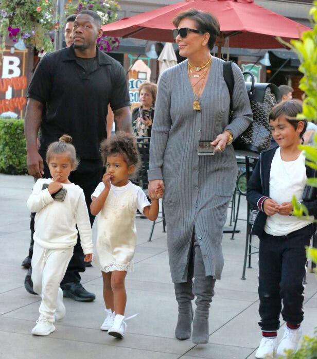 BESTEMOR: Kris Jenner skal ha hatt flere barnepiker til sine egne barn. Her sammen med flere av barnebarna sine i 2017. Foto: NTB Scanpix