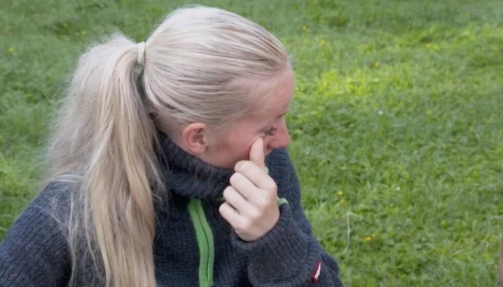 SLET MED Å HOLDE TÅRENE TILBAKE: Tonje Blomseth syntes det var tungt å gi de andre deltakerne beskjeden om at hun ønsket å trekke seg. Foto: TV 2