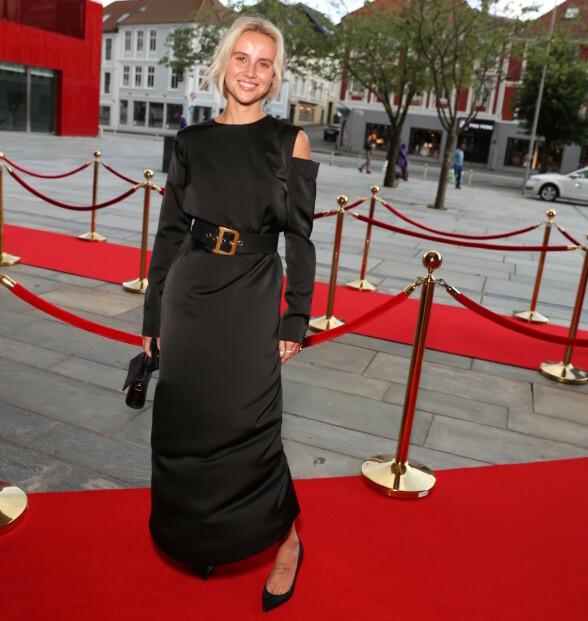FESTKLAR: Blogger Anniken Jørgensen i en fotsid, sort kjole. Foto: Andreas Fadum / Se og Hør