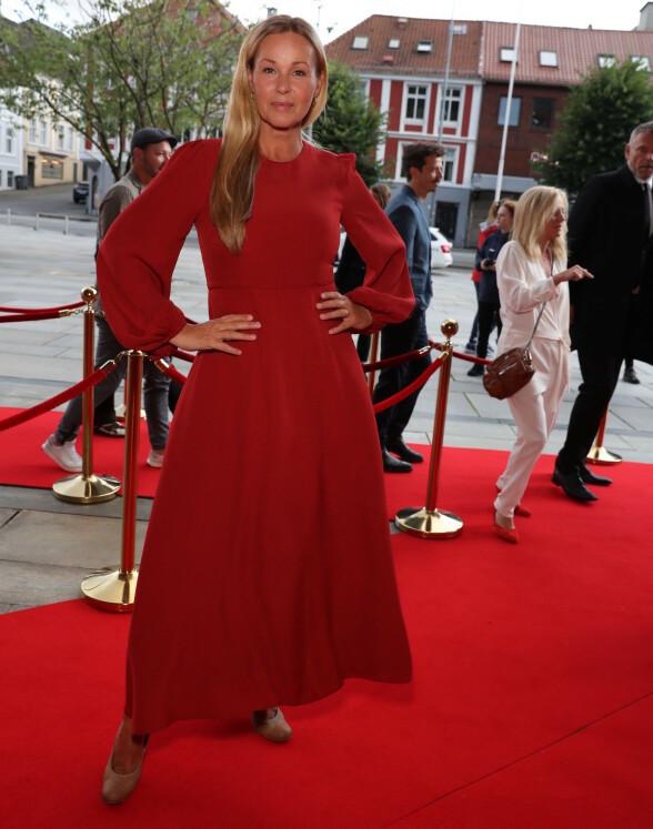 I RØDT: Dorthe Skappel matcher den røde løperen i denne røde kjolen. Foto: Andreas Fadum / Se og Hør