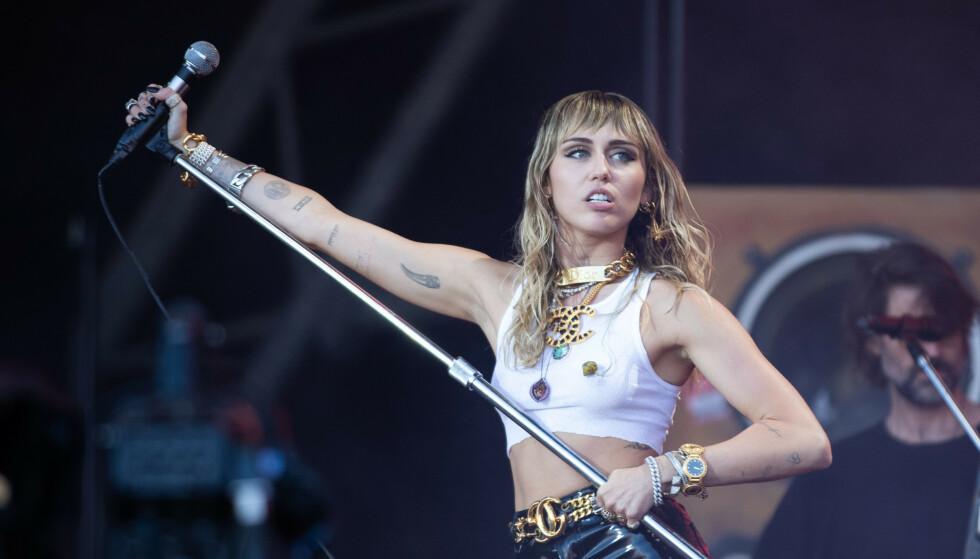 RASER: I en rekke innlegg på Twitter, tar sangstjernen Miley Cyrus et oppgjør med ryktene om at hun skal ha vært utro mot Liam Hemsworth. Foto: NTB Scanpix
