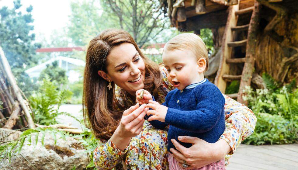 MAMMA TIL TRE: Hertuginne Kate ble mor til lille Louis i april 2018. Foto: NTB Scanpix
