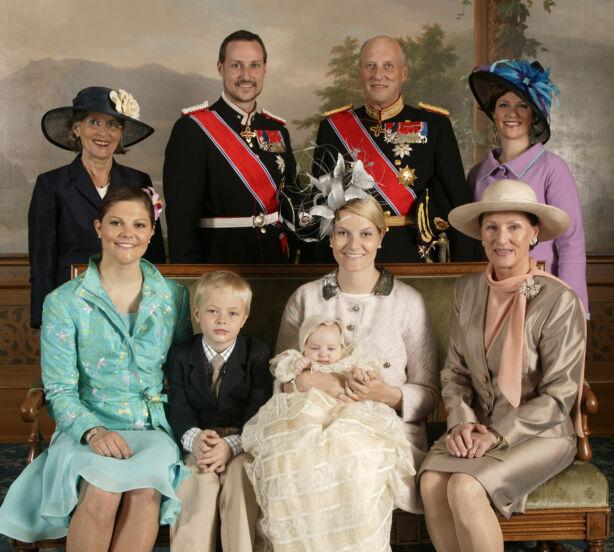 DÅP: Da prinsesse Ingrid Alexandra ble døpt i Slottskapellet i 2004, var kronprinsesse Victoria en selvskreven gjest. Foto: NTB Scanpix