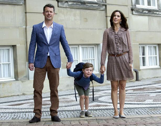 KOMMER: Det danske kronprinsparet kommer i konfirmasjonen, og med seg tar de prins Christian - som har blitt hele 13 år. Her er de fotografert i 2011, da prinsen begynte på skolen. Foto: NTB scanpix