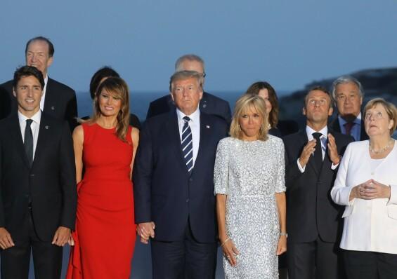 MEKTIG GJENG: Situasjonen var ikke så romantisk som bildene tilsa. Her poserer flere av statslederne sammen. Fra venstre ser vi Justin Trudeau, Melania Trump, Donald Trump, Brigitte Macron, Emmanuel Macron og Angela Merkel. Foto: AFP/ NTB scanpix