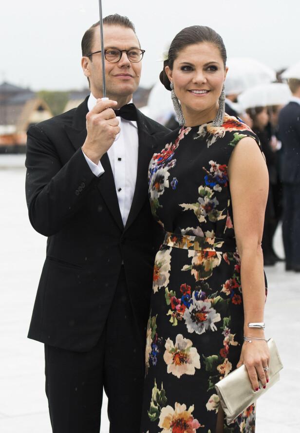 <strong>GODT GIFT:</strong> Prins Daniel og kronprinsesse Victoria giftet seg sommeren 2010. Her er de i kongeparets 80-årsdager i 2017. Foto: NTB Scanpix