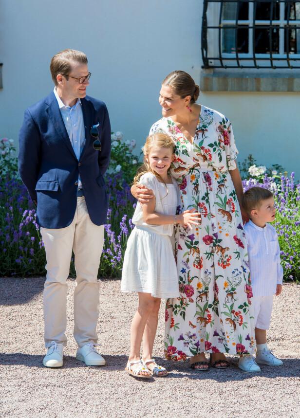 <strong>KRONPRINSFAMILIEN:</strong> Sammen har kronprinsesse Victoria og prins Daniel barna Estelle og Oscar. Her er de sammen i sommer. Foto: NTB Scanpix