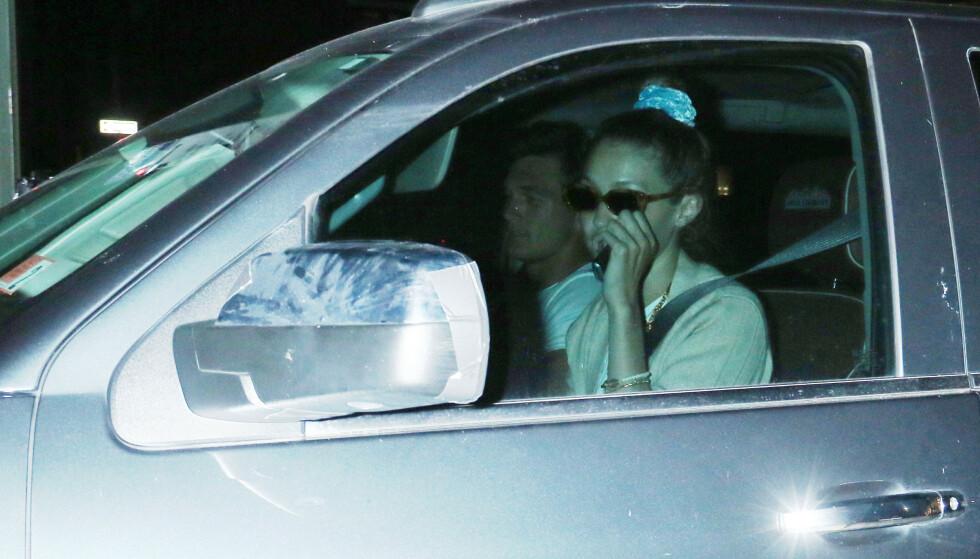 UTE PÅ VIFT: Her er Gigi og Tyler avbildet sammen på biltur i New York torsdag sist uke. Foto: NTB Scanpix