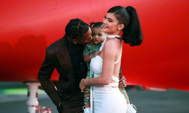 STOLTE: Både Kylie og Travis virket svært stolte da de hadde med seg datteren. Foto: NTB Scanpix