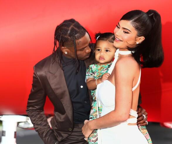 STRÅLTE SAMMEN: Kylie Jenner og Travis Scott overrasket ved å ta med datteren Stormi på «Look Mom I Can Fly»-premieren i Los Angeles tirsdag. Foto: Tommaso Boddi/Getty Images for Netflix/AFP / NTB scanpix