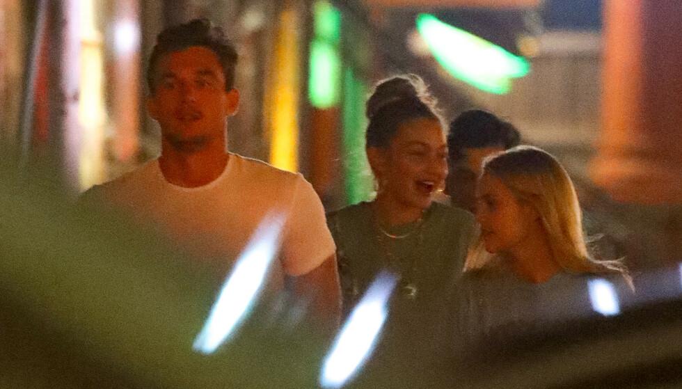 PÅ BYEN: Tyler Cameron og Gigi Hadid (midten) på vei ut fra baren til skuespiller Justin Theroux i New York for et par uker siden. Foto: Splash News/ NTB scanpix