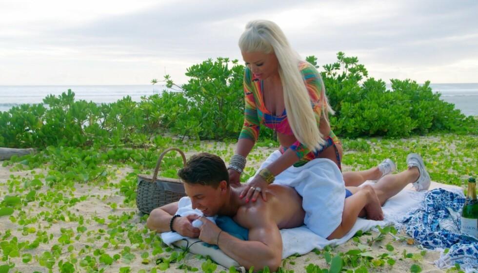 FIKK LOV: Monica Gaustad spurte sin dødssyke mor om å få dra til Mauritius for å spille inn «Ex on the Beach». Det fikk hun lov til. Her er hun på date med deltaker Ulrik Giske. Foto: Discovery