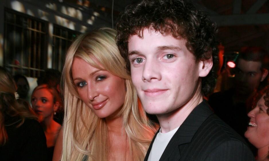 HEMMELIG SYKDOM: Skuespiller Anton Yelchin døde i en tragisk ulykke i 2016, da han ble påkjørt av sin egen bil. I en ny dokumentar om stjernens liv, kommer det frem at han i all hemmelighet var kronisk syk. Her er han fotografert på en premiere sammen med Paris Hilton i 2007. Foto: NTB scanpix