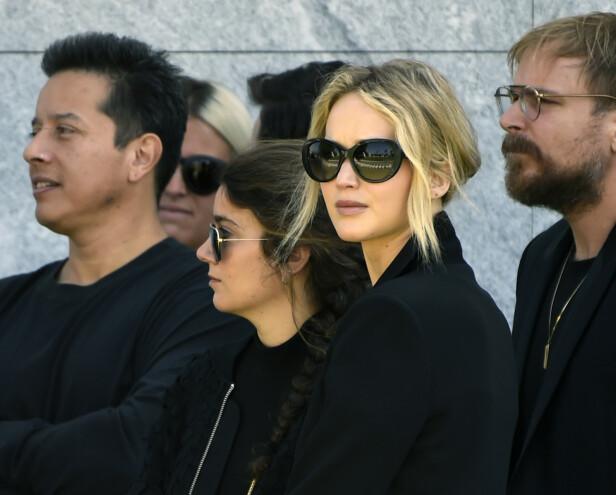TIL STEDE: I 2017 ble en statue reist i den avdøde skuespillerens minne. Hollywood-stjernen Jennifer Lawrence var en av de som deltok for å gråte sine siste tårer for Yelchin. Foto: NTB Scanpix