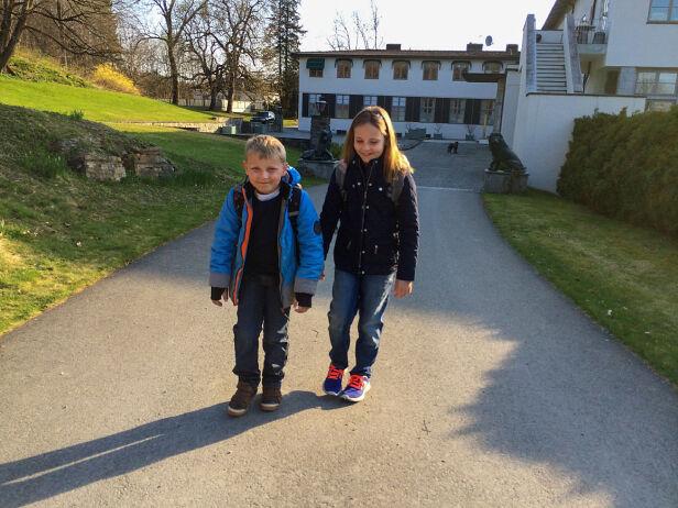 SKOLEKLARE: Sverre Magnus og Ingrid Alexandra på vei til skolen fra Skaugum i 2014. Foto: Kronprinsparet / Det kongelige hoff