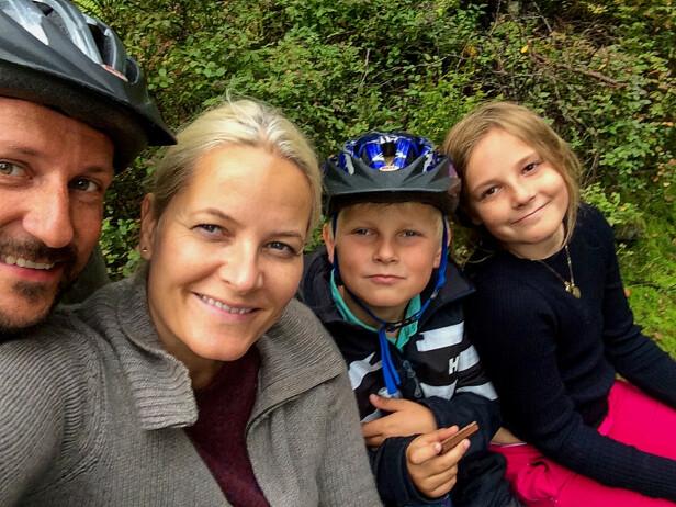 UT PÅ TUR: Kronprinsfamilien på tur i Vestmarka i Asker i 2014. Foto: Kronprinsparet / Det kongelige hoff