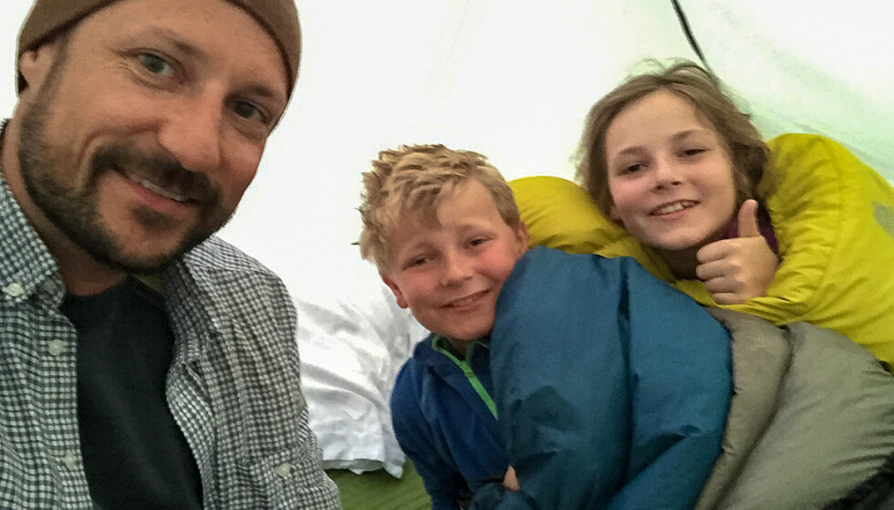 TELTTUR: Kronprinsen og barna i Vestmarka i 2015. Foto: Kronprinsparet / Det kongelige hoff
