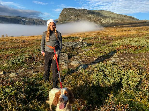 TURGLAD: Ingrid Alexandra på tur i Sikkilsdalen med bestefars hund i 2016. Foto: Kronprinsparet / Det kongelige hoff