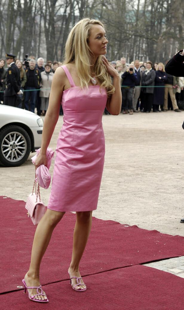 <strong>POSERTE:</strong> Haraldsen fikk mye oppmerksomhet for sitt helrosa antrekk i Ingrid Alexandras dåp i 2004. Rundt halsen hadde hun også et Hello Kitty-smykke - også det i rosa. Foto: NTB Scanpix