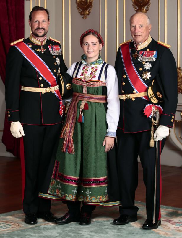 ARVEREKKEFØLGEN: Her er prinsessen avbildet sammen med sin far, kronprins Haakon og bestefar, kong Harald. Foto: Lise Åserud / NTB scanpix