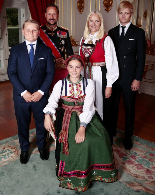 MED FAMILIEN: Her er konfirmanten sammen med sin nærmeste famile. Foto: Lise Åserud / NTB scanpix