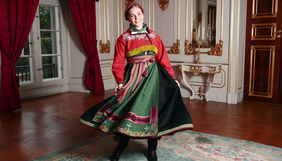 STRÅLER: Prinsesse Ingrid Alexandra er ikledd den nye bunaden på sin store dag. Den fikk hun i konfirmasjonsgave fra kongeparet. Foto: Lise Åserud / NTB scanpix