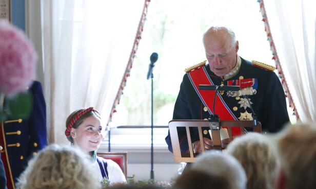 TALTE TIL BARNEBARNET: Både dronning Sonja og kong Harald holdt taler til konfirmanten. Foto: NTB Scanpix