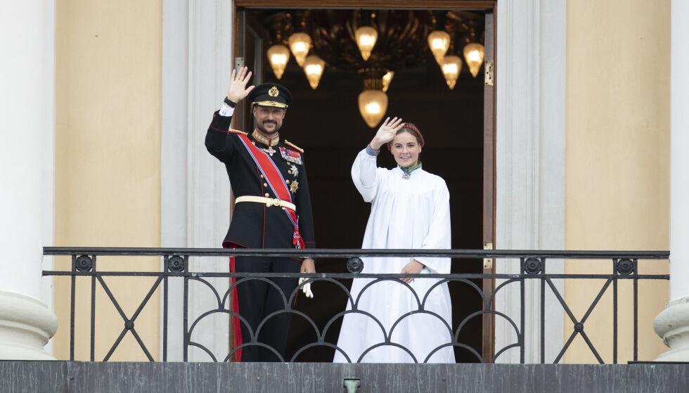 VINKET TIL FOLKET: Etter mange spekulasjoner kom prinsessen ut på Slottsbalkongen sammen med sin far. Foto: Andreas Fadum / Se og Hør