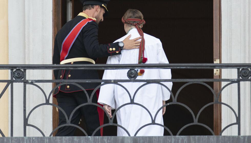 GOD STØTTE: Kronprinsen og prinsessen kom ut på balkongen alene. Foto: Andreas Fadum / Se og Hør