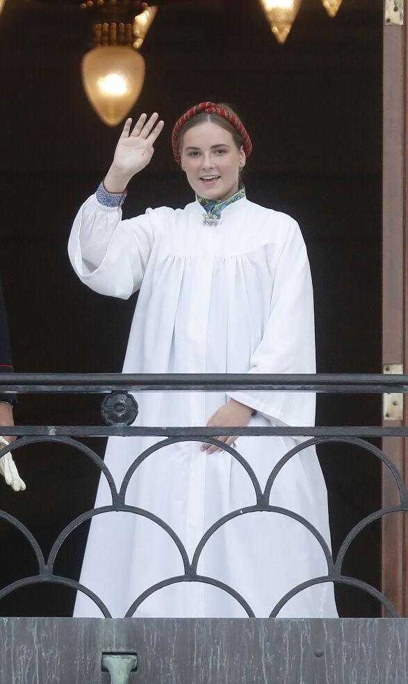 FORNØYD: Prinsessen smilte og vinket stolt til de fremmøtte på Slottsplassen. Foto: Andreas Fadum / Se og Hør