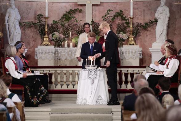SØSKEN: Prins Sverre Magnus og Marius Borg Høiby tente lys for søsteren i Slottskapellet. Foto: Lise Åserud / NTB Scanpix
