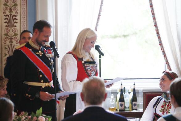 RØRENDE TALE: Kronprinsparet delte varme ord til datteren under lunsjen. Foto: Terje Bendiksby / NTB Scanpix