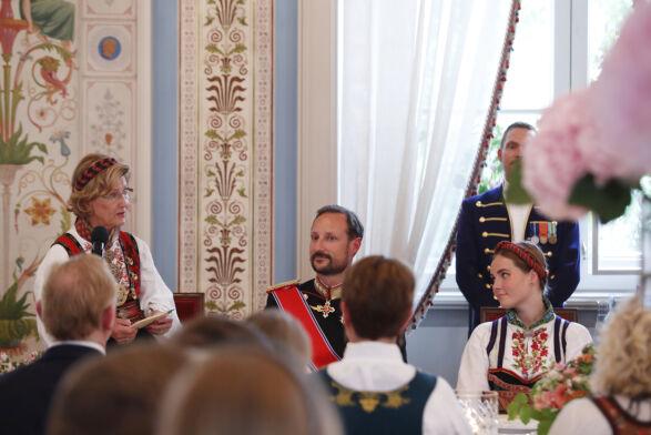 BESTEMORS TALE: Dronningen talte også til barnebarnet. Foto: Terje Bendiksby / NTB Scanpix