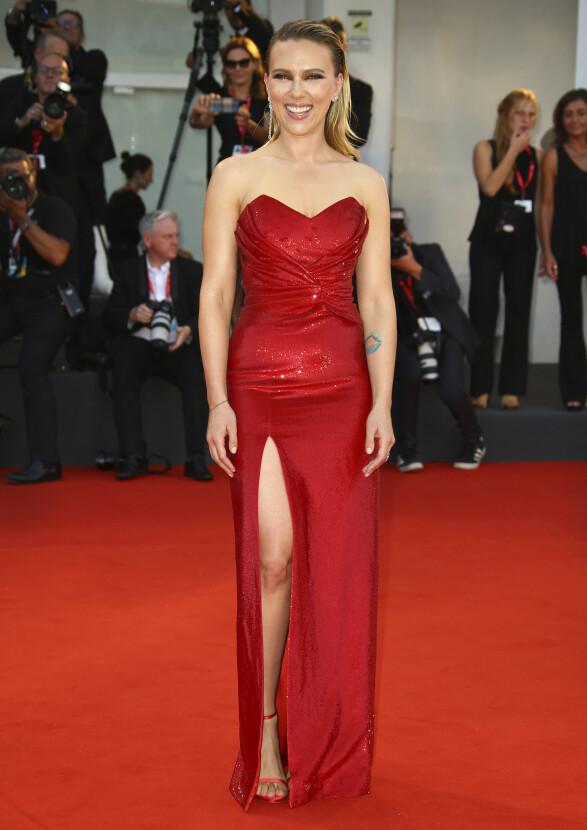 SCARLETT JOHANSSON: Filmstjernen gliste bredt i en rød, glitrende kjole fra Céline. Foto: NTB scanpix