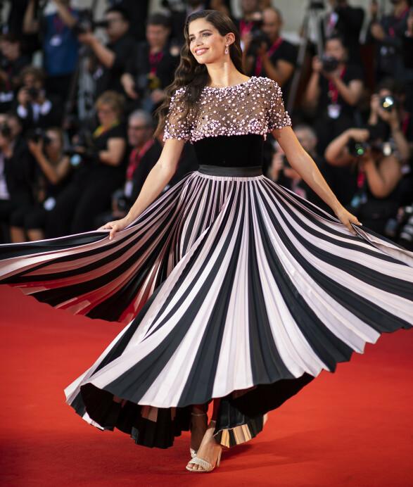 SARA SAMPAIO: Modellen skilte seg ut på visningen av «Joker» i denne spesielle couture-kjolen fra Armani Privé. Foto: NTB scanpix