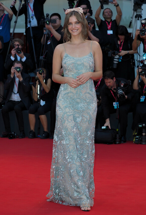 BARBARA PALVIN: Modellen iført en delikat, brodert kjole fra Giorgio Armani stylet med søt hodepynt. Foto: NTB scanpix