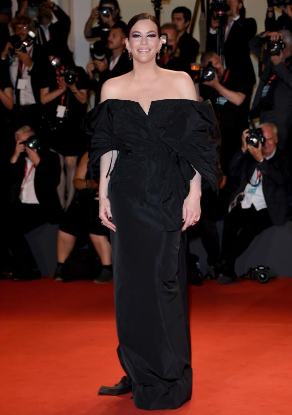 LIV TYLER: Skuespilleren strålte i en sort kjole fra Givenchy Haute Couture på «Ad Astra»-premieren i Venezia. Foto: NTB scanpix