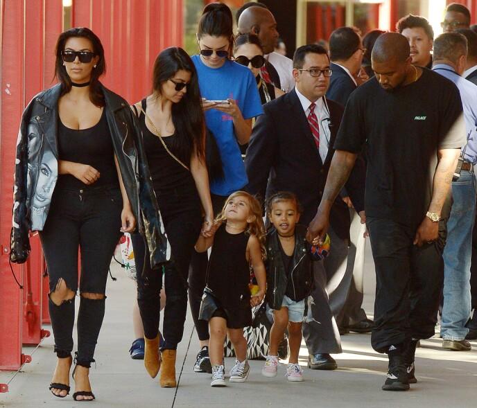 STORFAMILIE: Kardashian/Jenner-familien er kjent for å være en stor, sammenspleiset gjeng. Her er søstrene Kendall, Kourtney og Kim sammen med de to sistnevntes døtre Penelope og North i 2016. Kims daværende ektemann, Kanye West, er også med. Foto: Broadimage/ REX / NTB