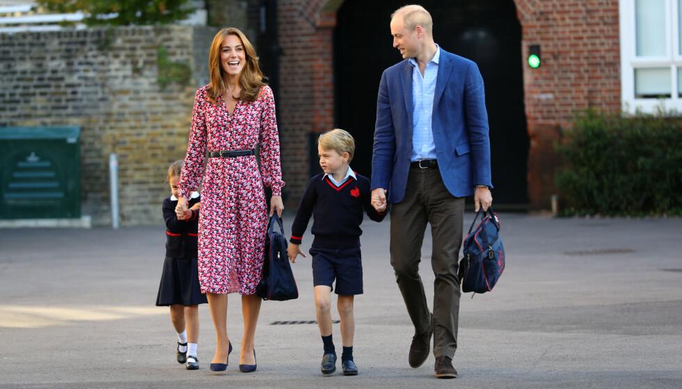 SPENT: Prinsette Charlotte så ut til å være noe nervøs da hun ankom skolegården, hånd i hånd med mamma Kate. Foto: NTB Scanpix