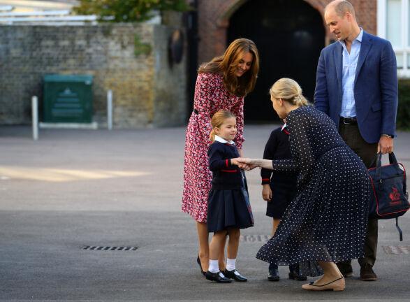 HILSTE PENT: Prinsesse Charlotte håndhilste på Helen Haslem da hun ankom skolen sammen med hertuginne Kate, prins George og prins William. Foto: Reuters/ NTB scanpix