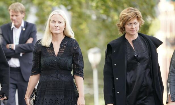 <strong>BISETTELSE:</strong> Kronprinsesse Mette-Marit ankommer Uranienborg kirke med sanger Sissel Kyrkjebø. Foto: NTB Scanpix