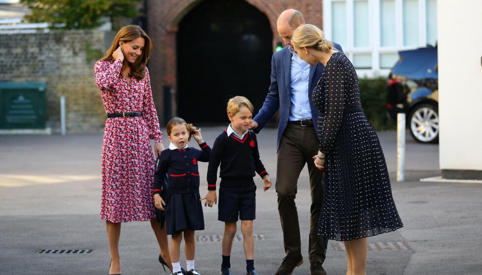 SKOLEKLARE: Prinsesse Charlotte og prins George sammen med Helen Haslem, hertuginne Kate og prins William før skoledagen skulle begynne. Foto: NTB scanpix