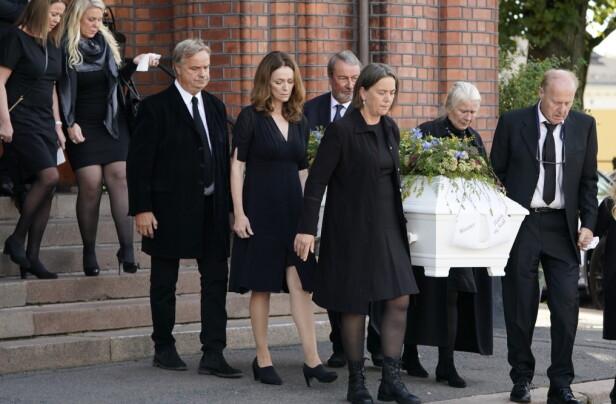 <strong>ET SISTE FARVEL:</strong> Kisten til Anne Grete Preus bæres ut etter bisettelsen fra Uranienborg kirke i Oslo. Foto: Heiko Junge / NTB scanpix